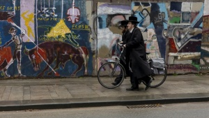 8. CLY02158 .Joodse mannen op straat.jpg