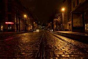 9. CLY02234. Straat bij avond, licht op tramrails en kasseien. jpg.jpg