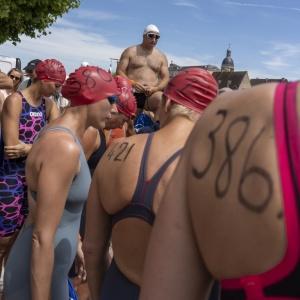 3 DSC08929.Chalon sur Saone, zwemwedstrijd vrouwen met man op achtergrond.vierkant.jpg