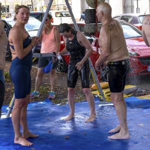 4.DSC08949. Chalon sur Saone Zwemmers onder douche vierkant gekropt.web..jpg